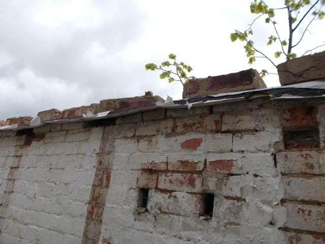 Asbestos felt to wall
